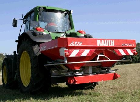 6. abra. John Deere 6210 RE típusjelzésű mikró hibrid hajtású traktor Rauch Axis EDR elektromos hajtású műtrágyaszóróval