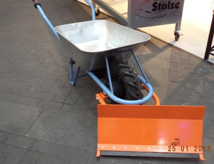 Elektromos kerékagyhajtású Motorbiene talicska hótoló lappal