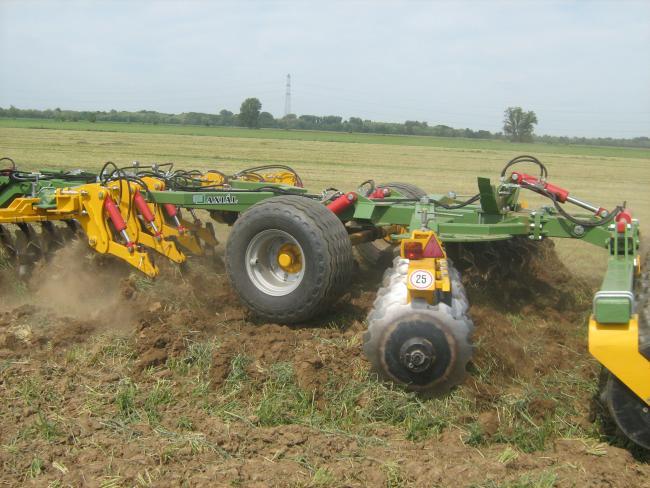 8/a-b. ábra:A lazítótárcsás munkaeszközök gabona- és kukoricatarlón is hatékony munkát végeznek