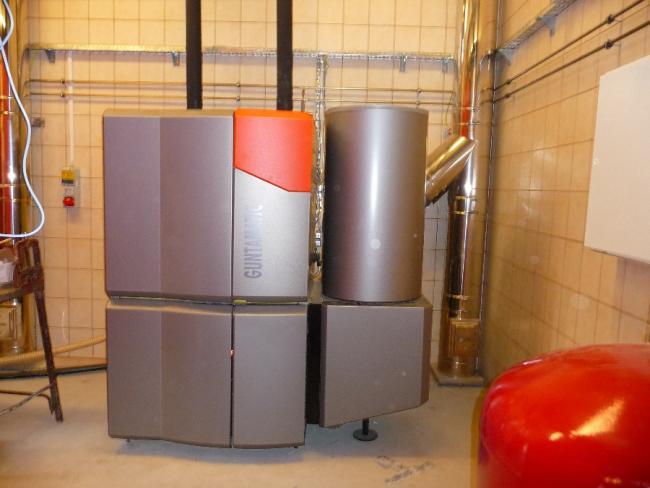 3. ábra: Biocom 100 pelletkazán a felszívó pellettárolójával