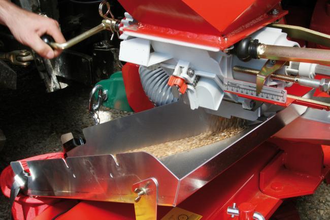 9.kép A vetési munkát megelőzi a vetőszerkezet leforgatási próbája