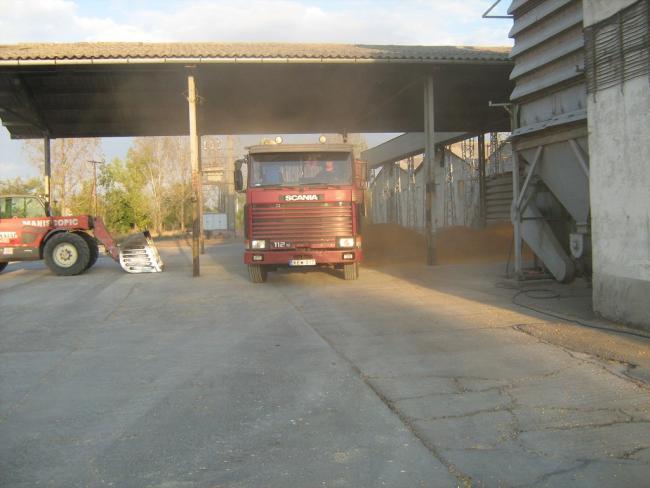 1. ábra: Pótkocsis tehergépkocsis szerelvény ürítése a fogadóhelyen