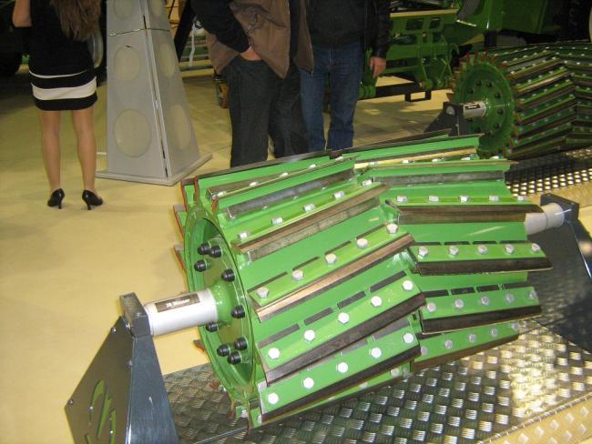 Biomassza alapanyag szecskázáshoz kialakított sok késes dob