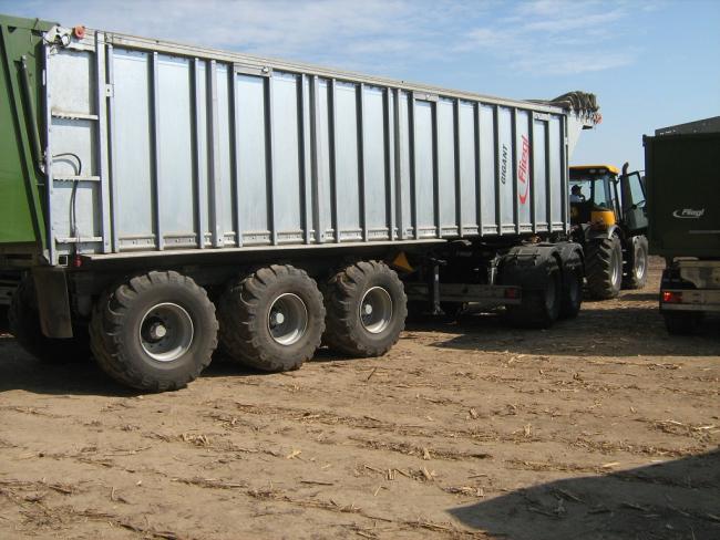12. ábra: A ?Dolly? futóműves, letolólapos pótkocsik kukorica szemszállításban is jól használhatók