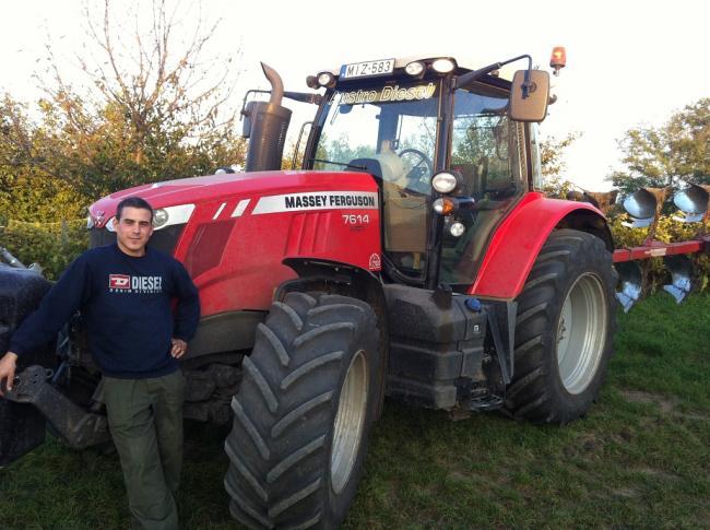 Ács Gábor MF 7614 traktorával - a családi gazdaságban univerzális célokra használják a gépet pótkocsizástól a talajmunkáig