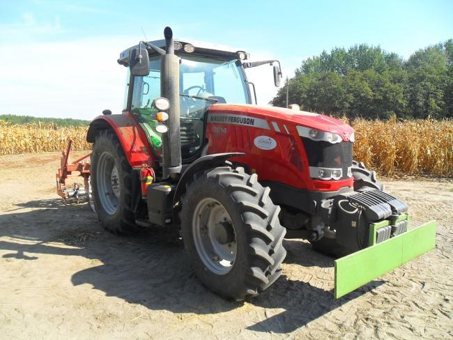 Reszler Márton traktora - az MF 7614-nek elsőre is látszik a majd 3 méteres tengelytávja, valamint hatalmas fülkéje