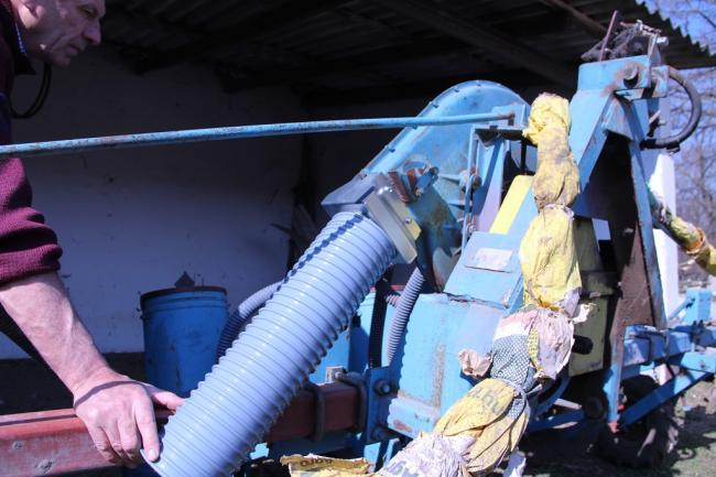 A deflektor egyszerűen felszerelhető a vetőgépre
