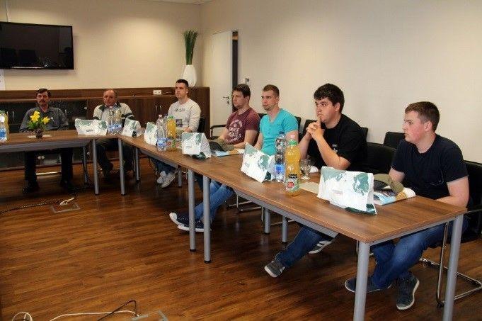 """A MEGFOSZ (Mezőgazdasági Eszköz- és Gépforgalmazók Országos Szövetsége) és az Agro Napló közös szervezésű játékos szakmai vetélkedőjének második helyezett csapatát a jánoshalmi """"A Profikat"""" láttuk vendégül győri telephelyünkön mezőgépész szakmai napra. A januári AgroMashExpo és AgrárgépShow kiállításon megrendezett döntőben a diákok már megmutathatták kreativitásukat és rátermettségüket, amelyre ez alkalommal is szükségük volt."""