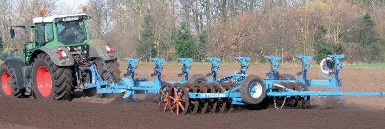 Vontatott, horgonyos akasztófejes csatlakozású ékgyűrűsorpáros szántáselmunkáló (fotó: tigges.com)