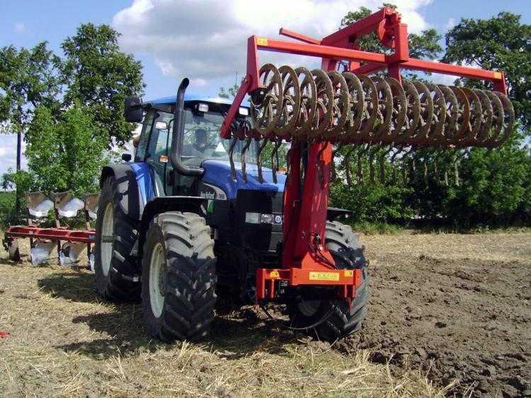 Mellső függesztésű, karos, hidraulikusan átfordítható szántáselmunkáló (fotó: expom.com.pl)
