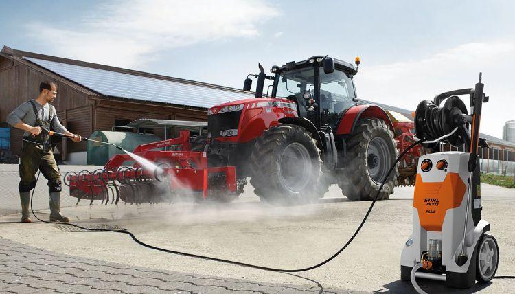 1. kép. A munkagép és a traktor tisztítása nagynyomású kézi mosóberendezéssel (forrás: www.topagrar.com)