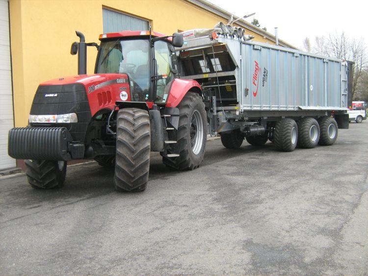 1. kép. Magasabb, 40 km/h haladási sebességre alkalmas mezőgazdasági pótkocsiból és nehézuniverzális traktorból álló gépcsoport