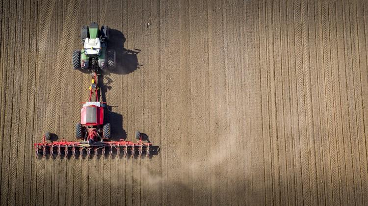 Väderstad Tempo L vetőgépe a mezőgazdaságban