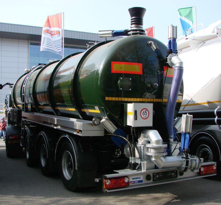 Hígtrágyaszállító félpótkocsis tartálykocsi nyergesvontatóhoz kapcsolva