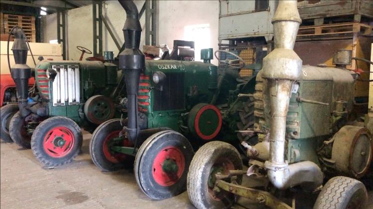 Traktorok elhelyezésre várva